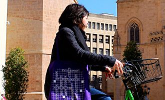 Normalització, Igualtat i Educació llancen una campanya per al 8M amb una nova tirada de bosses 'scrabble'