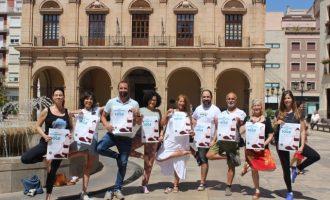 La plaça Major de Castelló celebra el Dia Mundial del Ioga amb una sessió multitudinària