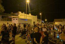 El 'Xixo, xixero' d'Almenara plena la Platja Casablanca de fanalets fets amb meló d'Alger