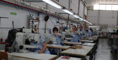 Catorze alumnes del taller d'elaboració d'artiques de pell i tèxtil amb titulació oficial aconsegueixen l'inserció laboral