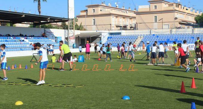 Atletes del Platges de Castelló participen en la setmana de l'esport per a escolars a Borriana