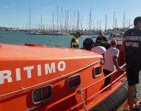 La Policia Local rescata a una dona en alta mar en la Platja de la Malva-rosa de Borriana