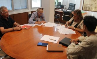 Benicàssim rubrica l'acord amb l'associació La Garrofera
