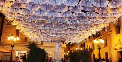 """La Plaza Pescadería se reinventa con la decoración navideña de """"Umbrella Sky"""""""