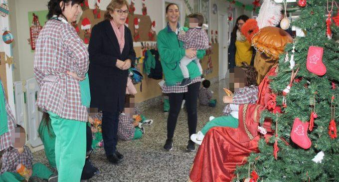 El Patge reial arreplega les cartes dels xiquets i les xiquetes de l'Escola Infantil Municipal de Borriana per als Reis d'Orient
