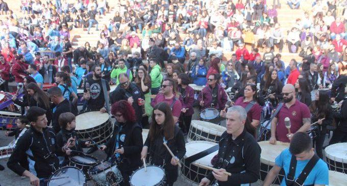 Mas de 600 bombos y tambores suenan por las calles de Almenara