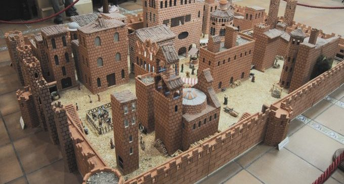 Vila-real inaugura la mostra 'La ciutat emmurallada', una rèplica en grans dimensions de la vila medieval