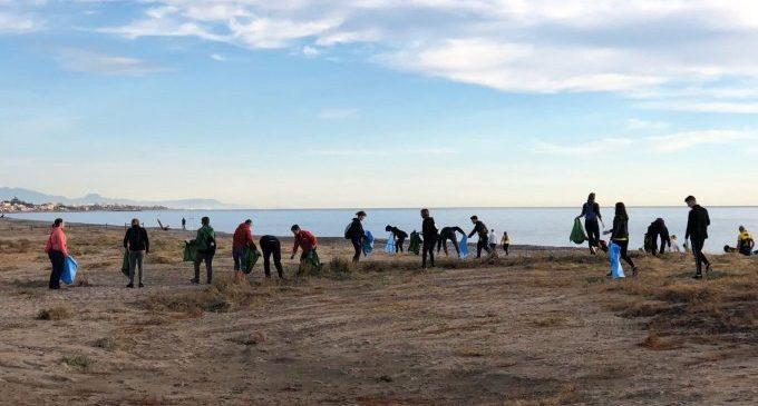Recullen més de 1.000 quilos de plàstic de la platja Casablanca d'Almenara