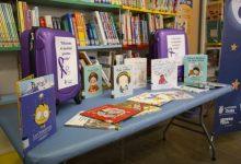 Onda celebra el 8M amb maletes violetes carregades de llibres