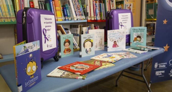 Onda celebra el 8M con maletas violetas cargadas de libros