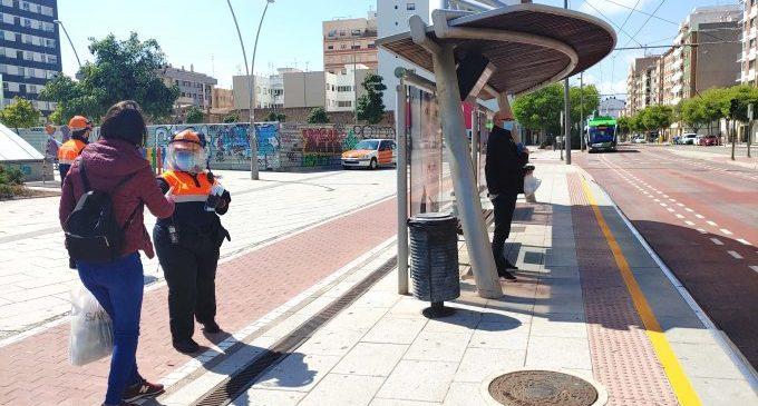 Castelló reparteix 25.000 mascaretes entre persones que es desplacen al treball en transport públic