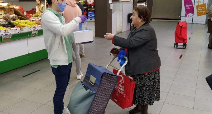 Els clients i clientes del Mercat Municipal de la Vall d'Uixó reben mascaretes