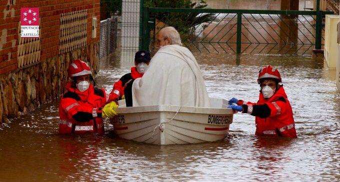 El Consorci Provincial de Bombers continua traient aigua de zones inundades