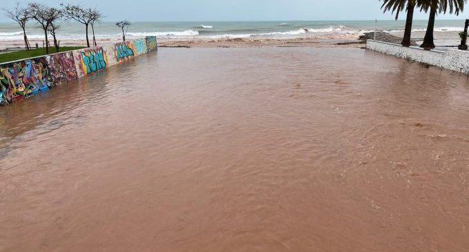 El temporal provoca carrers negats i corts de barrancs a Benicàssim