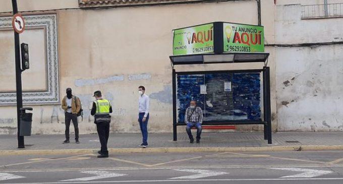 La Policia Local de Borriana distribueix més mascaretes al transport públic