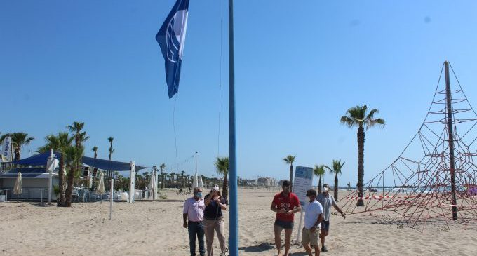 Las Banderas Azules y distintivos de calidad ya ondean en las playas del Arenal y Malvarrosa-Grau de Borriana