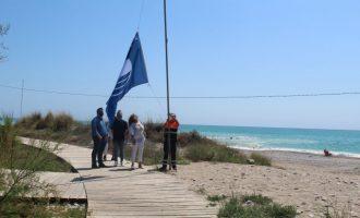 Colomer entrega las banderas Qualitur de las playas de Nules