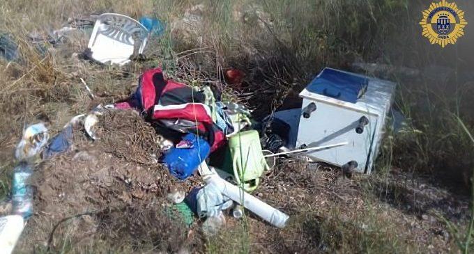 La Policia Local d'Onda descobreix a dos veïns tirant abocaments a la rambla de la Viuda