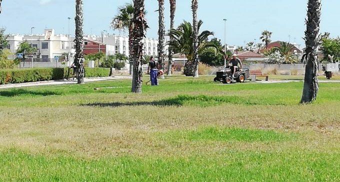 La brigada d'obres d'Almenara realitza el manteniment dels accessos a la localitat i la platja