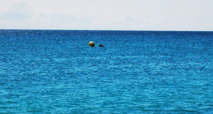 Vinaròs instal·la boies a la mar per a filtrar microplàstics