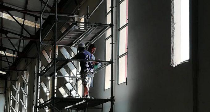 L'Ajuntament d'Almenara substitueix les finestres i vidrieres del poliesportiu municipal cobert