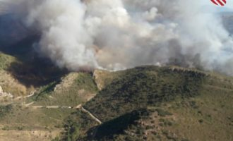 Un incendio en Bejís quema una zona de montaña cercana a granjas