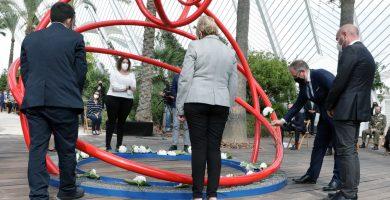 92 hortensias blancas y la tierra de las 33 comarcas recuerdan a las víctimas de la COVID-19