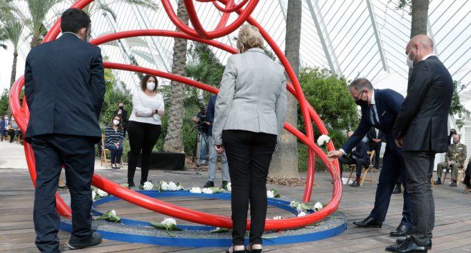 92 hortensies blanques i la terra de les 33 comarques recorden les víctimes de la COVID-19