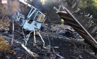 Controlado un incendio en l'Alcora por un camión que ha volcado en el barranco