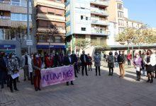 Vila-real condemna la violència de gènere amb un mural ceràmic floral en el qual han participat més de 200 persones