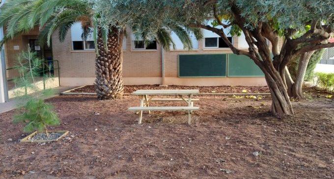 L'Ajuntament col·labora amb el centre educatiu per a adequar espais a l'aire lliure