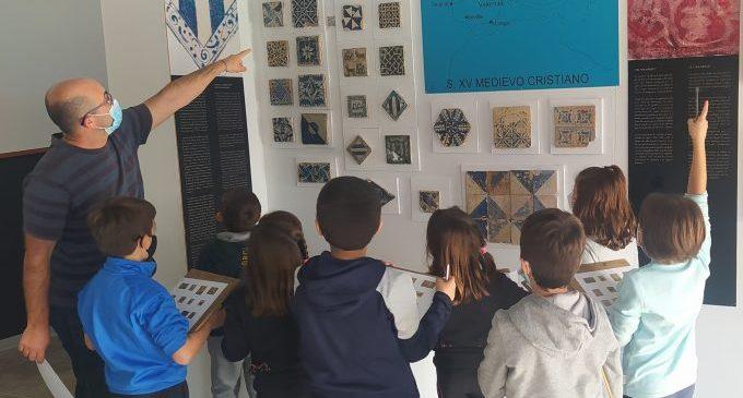 Desenes d'onders participen en les activitats i tallers sobre la cultura ceràmica que programa el Museu del Taulell