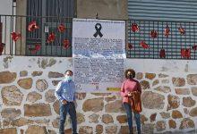 Una lona a Almenara recorda a les dones assassinades per violència de gènere