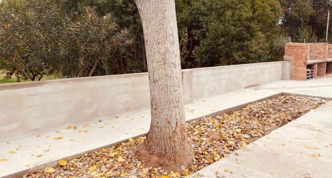 El Ayuntamiento reconstruye la pared del patio de las antiguas escuelas de Santa Bárbara