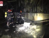 Els bombers extingeixen un incendi en una empresa de ceràmica d'Onda