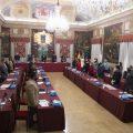 El pleno de la Diputación guarda un minuto de silencio en señal de respeto y recuerdo a las 367 personas fallecidas por la Covid en la provincia de Castellón