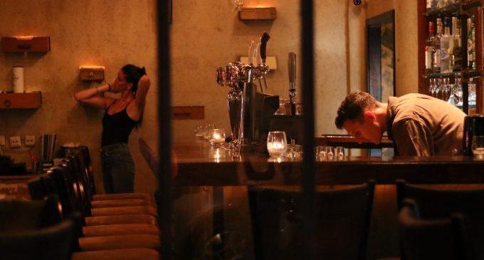 L'oci nocturn castellonenc, a l'espera per a alçar les seues persianes de dia com l'hostaleria