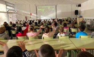 Alumnat de Primària de Benicàssim conversen amb un elfo del Pare Noel per videoconferència