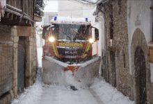 200 efectius del Departament de Bombers de la Diputació netegen carreteres i accessos per la neu