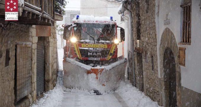 200 efectivos del Departamento de Bomberos de la Diputación limpian carreteras y accesos por la nieve