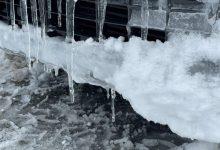 Efectius continuen la retirada de neu dels accessos i alerten de la formació de plaques de gel