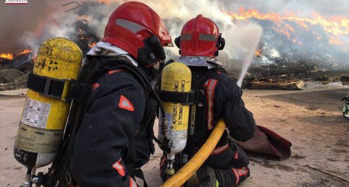 Cinc equips de bombers tracten d'apagar un gran incendi a Onda