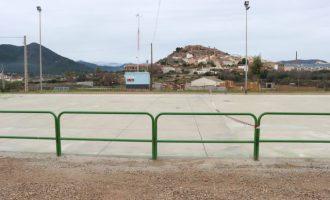 Onda atiende las peticiones de los vecinos del barrio Monteblanco y repara la pista deportiva