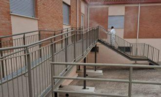 Almenara desinfecta els patis del col·legi contra la COVID-19