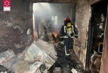 Un greu incendi a Cabanes deixa una persona morta