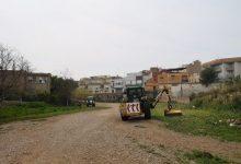 La Vall d'Uixó limpia y desbroza el barranco de l'Horteta