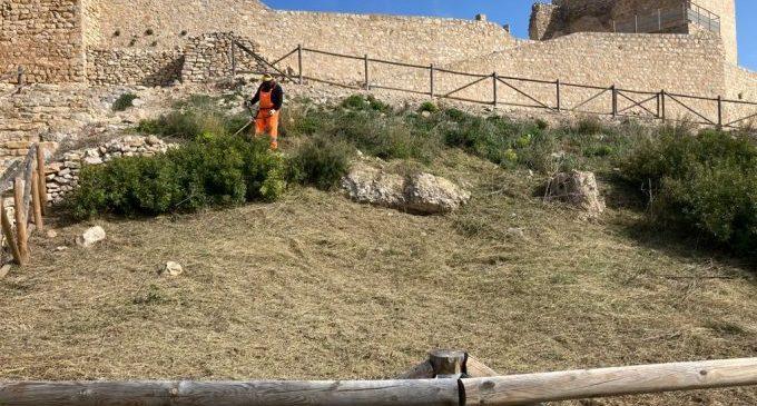 La Diputació efectua la neteja del castell de Xivert i prepara intervencions per un valor de 40.000 euros per a assegurar la seua conservació