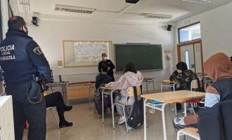 La Policia Local de Peníscola ofereix xarrades a l'institut sobre l'ús de les tecnologies de la comunicació, abusos i delictes