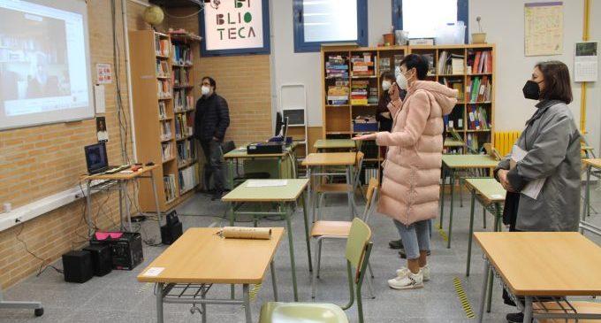 El director de cine Montxo Armendáriz charla con el alumnado de 1º de ESO de Benicàssim