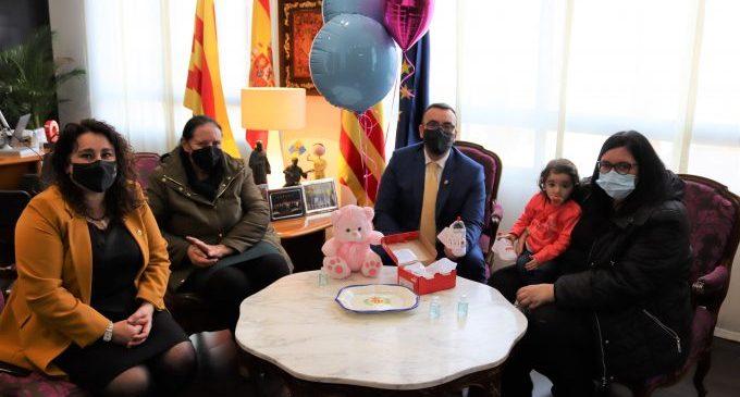 L'alcalde de Vila-real rep a Zoe Prieto després de la seua intervenció a Boston per una cardiopatia greu
